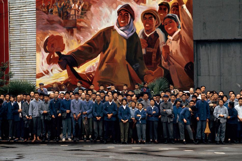 工人们迎接法国总统蓬皮杜的车队,上海,1973 年