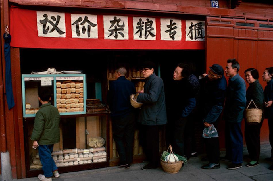 邪在议价杂粮店排队,上海,1980 年
