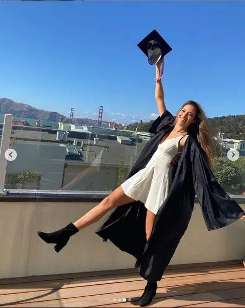谷怒悲凌晒照片恭喜下中卒业。图片收源:谷怒悲凌幼我中交媒体