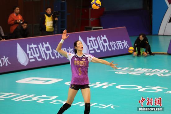 资料图:朱婷在比赛中发球。 中新网记者 田博川 摄