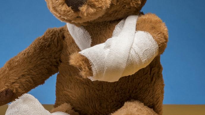 安徽歙縣一幼師摔打男童致其受傷,涉事老師被停職接受調查