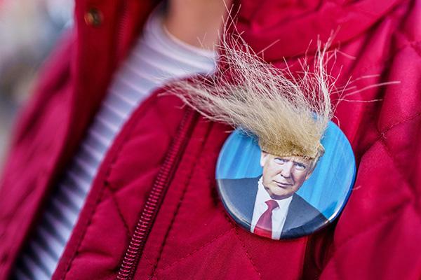 """当地时间2020年11月7日,美国明尼苏达州圣保罗,特朗普的支持者在州长住宅前参加""""阻止偷窃""""集会。"""