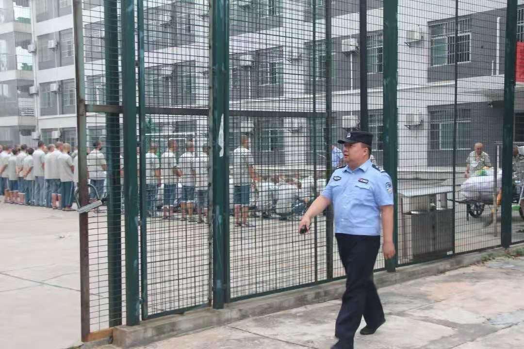 """赤山监狱狱警在监内巡查。""""湖南赤山监狱""""微信公众号 图"""