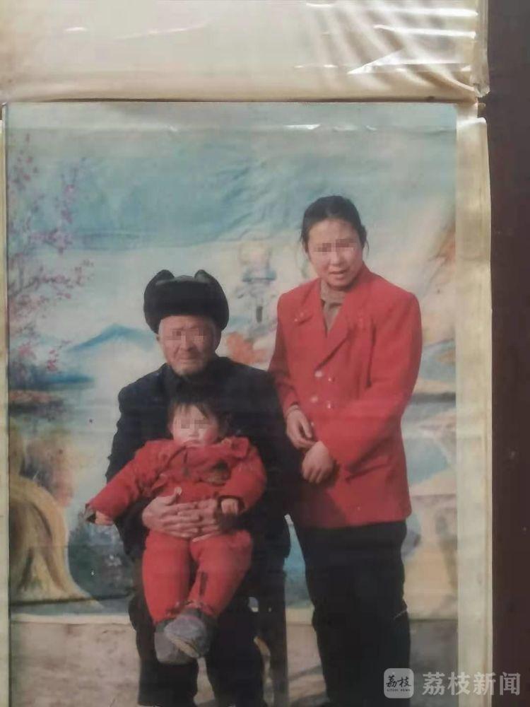 方某洋小时候与父母合照