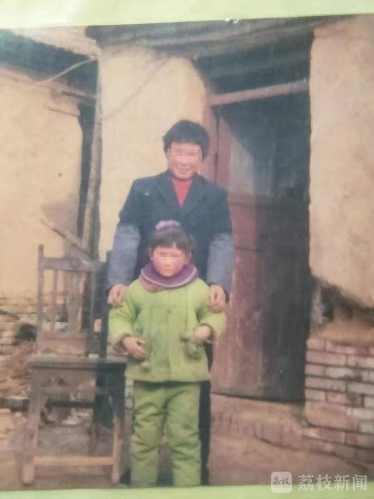 方某洋幼年时与母亲合照