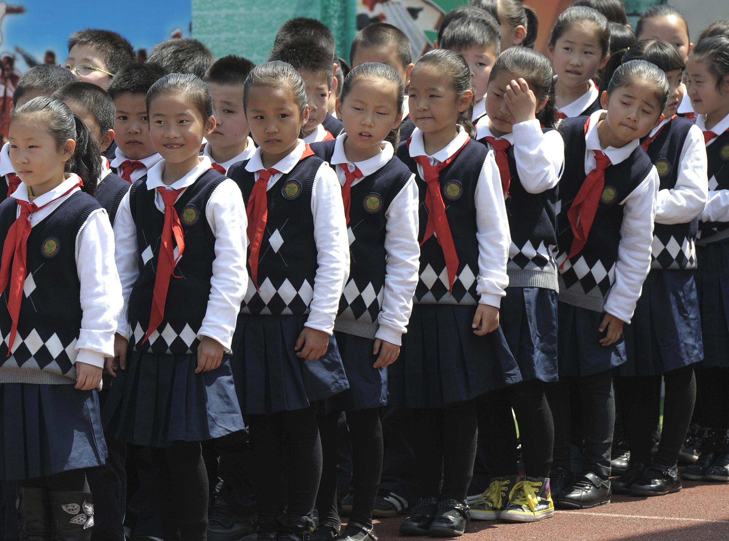 江蘇省南京市,一所小學里身穿校服的小學生。 人民視覺 資料圖