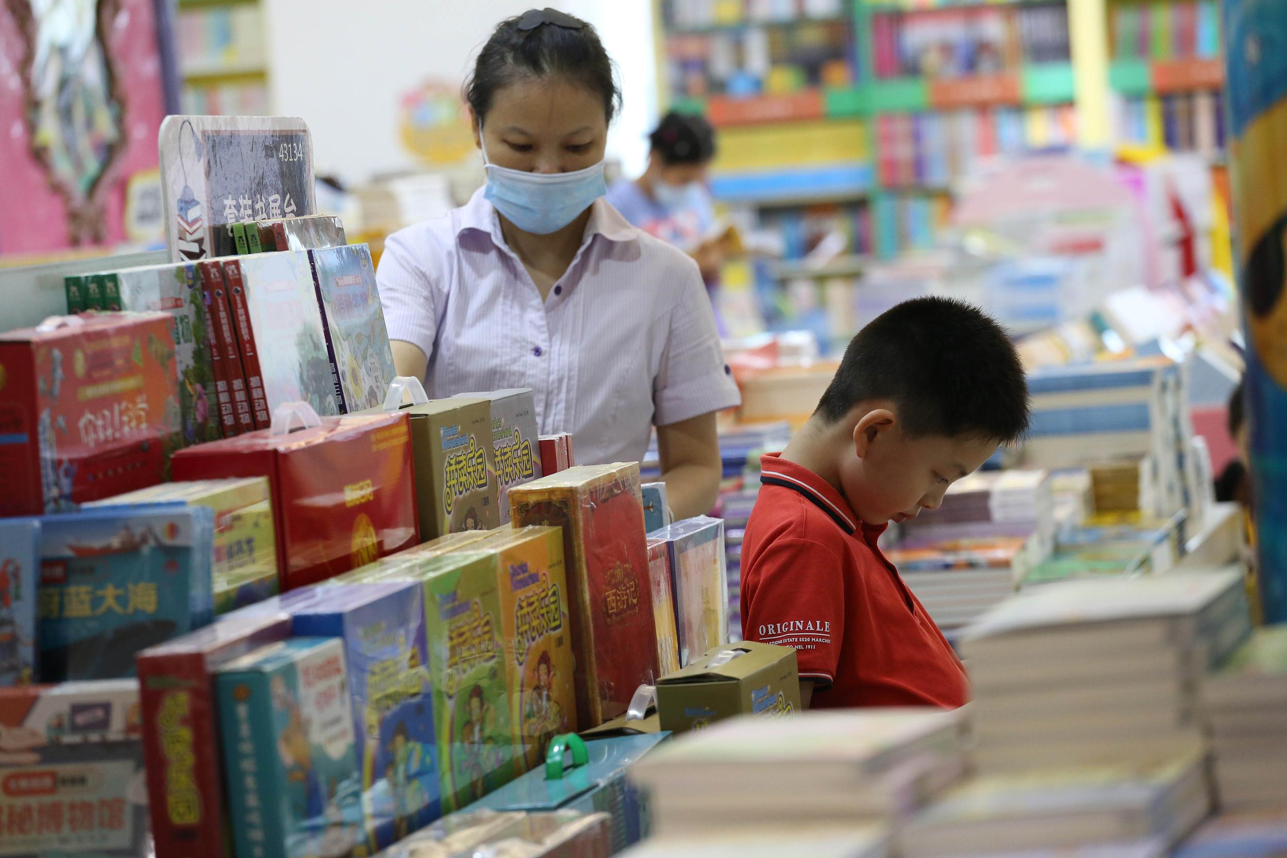 2020年8月29日,南京玄武門的一大型書店的教輔書籍區,眾多家長陪孩子前來挑選教輔書籍。人民視覺 資料圖